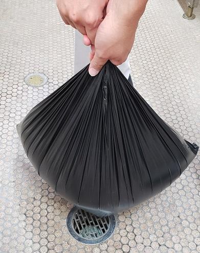 ビニール袋の中の空気を抜きながら、口をしっかりと縛る。