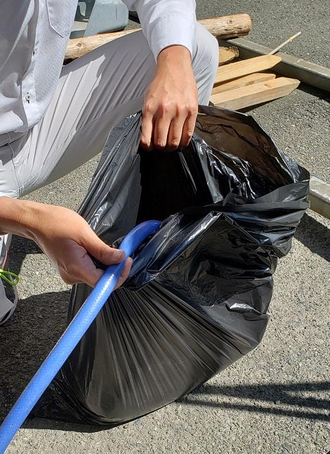 ビニール袋を2枚(薄い場合は3枚)重ねて、 ビニール袋に水(20リットル程度)を入れる。